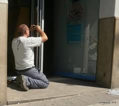 Cerrajero Almassera montando una cerradura